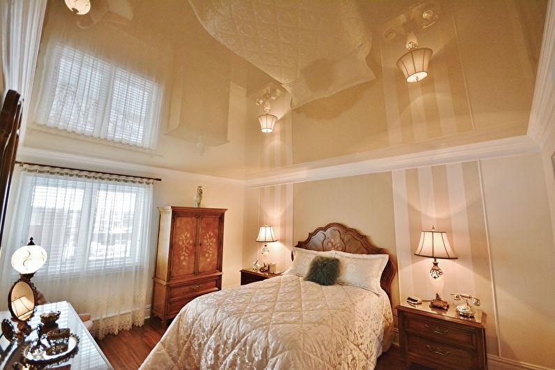 Глянцевый натяжной потолок в интерьере спальни