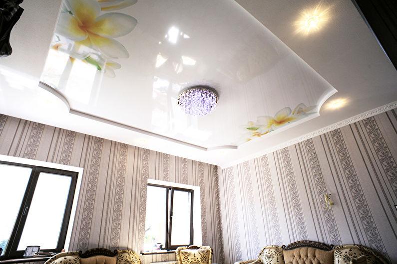 Глянцевый натяжной потолок в зале (гостиной) - Цветы