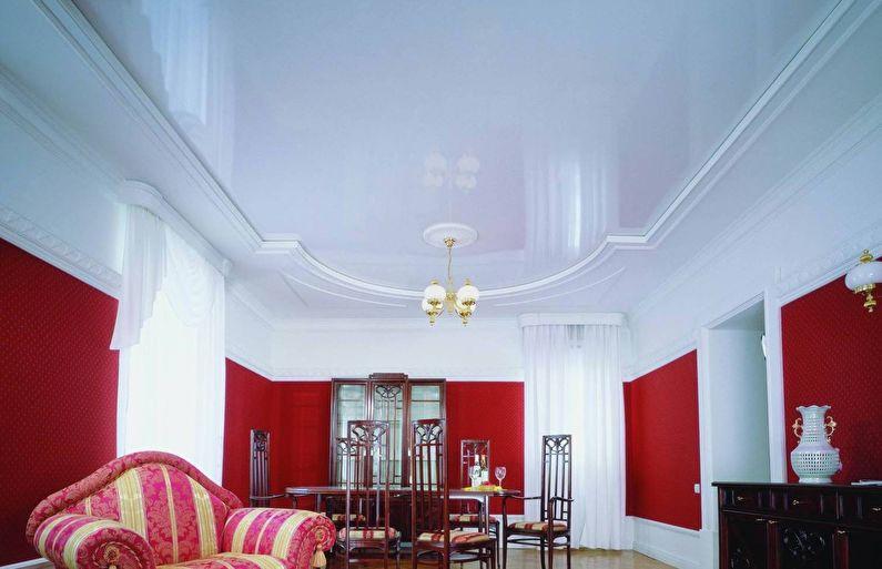 Белый глянцевый натяжной потолок в зале (гостиной) - фото