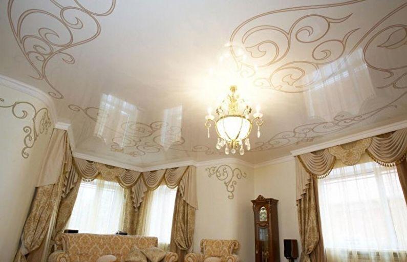 Глянцевый натяжной потолок в зале (гостиной) - фотопечать