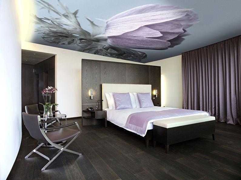 Натяжной потолок в спальне - фотопечать Цветы