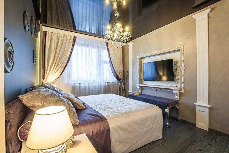 Зеркальный натяжной потолок в спальне - фото