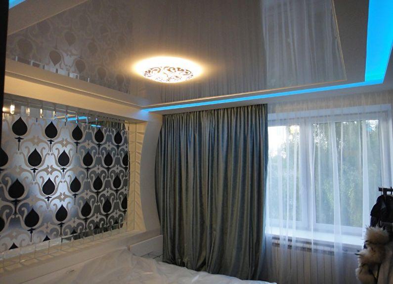 Белый глянцевый натяжной потолок в спальне - фото