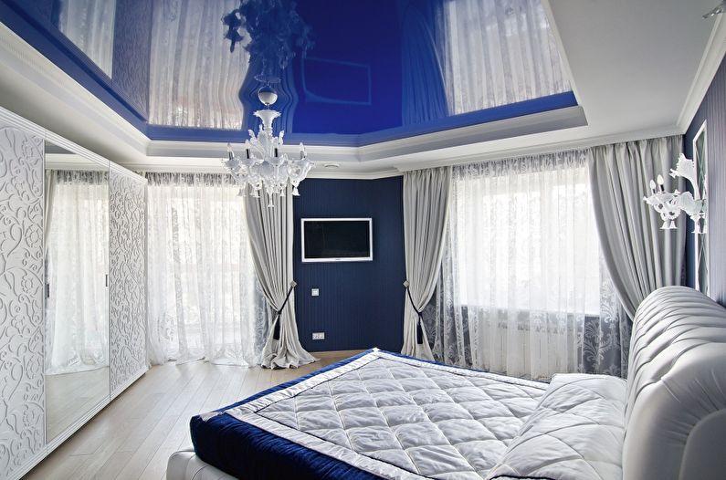 Синий глянцевый натяжной потолок в спальне - фото