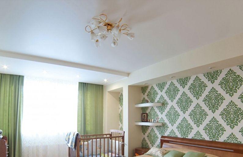 Сатиновый натяжной потолок в спальне - фото