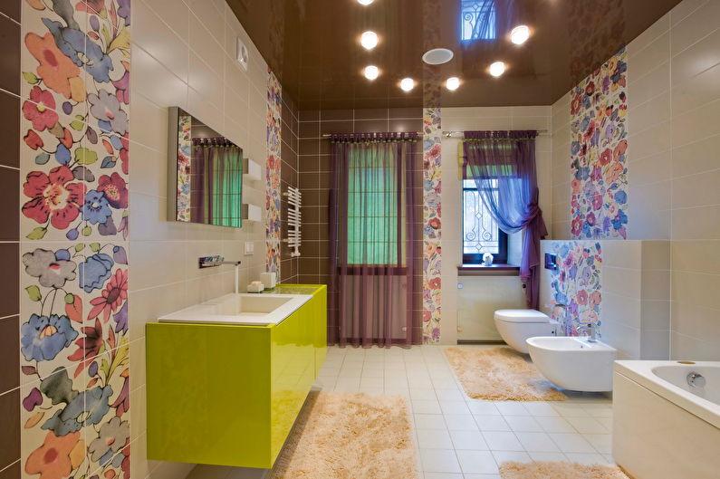 Коричневый глянцевый натяжной потолок в ванной - фото