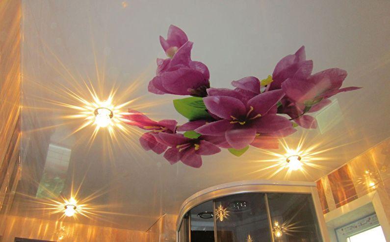 Натяжной потолок с фотопечатью в ванной комнате - Цветы