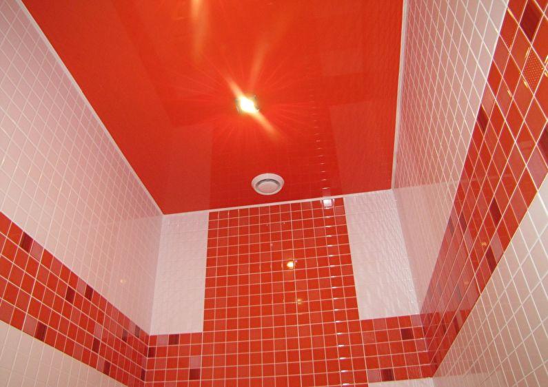Красный натяжной потолок в ванной комнате - фото