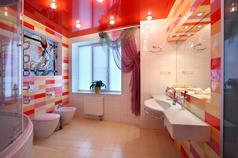 Красный глянцевый натяжной потолок в ванной - фото