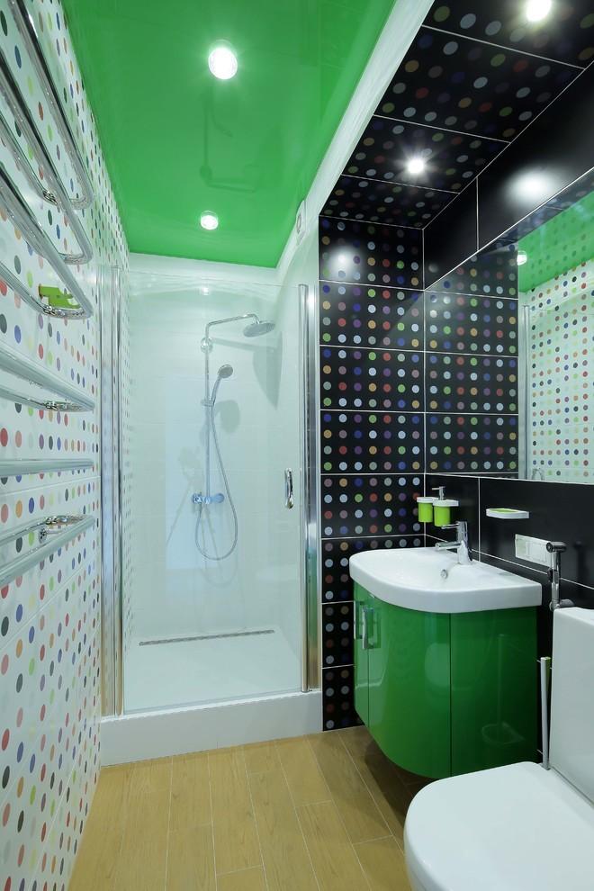 Зеленый глянцевый натяжной потолок в ванной - фото