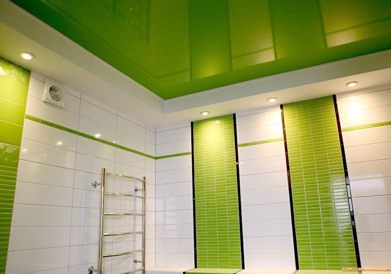 Зеркальный натяжной потолок в ванной - фото