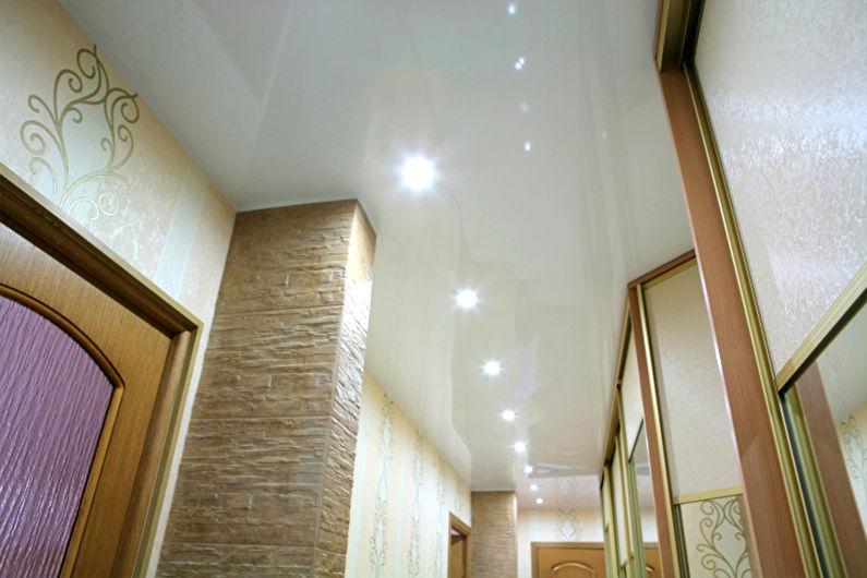 Белый натяжной потолок в прихожей и коридоре - фото