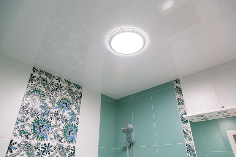 Дизайн потолка в маленькой ванной комнате
