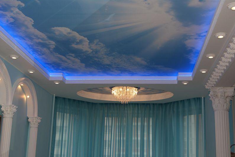 Двухуровневый натяжной потолок с подсветкой - точечные светильники