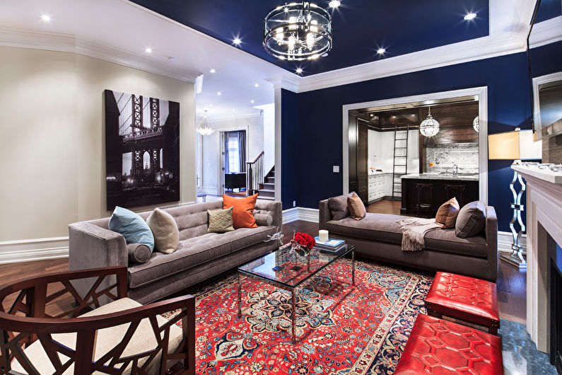 Сочетание цветов в интерьере гостиной - синий с красным и белым