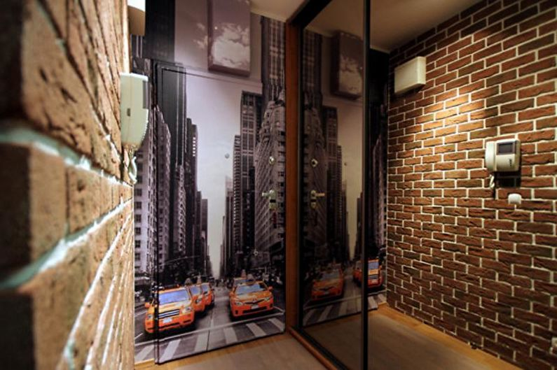Кирпичная стена в интерьере прихожей, коридора - фото