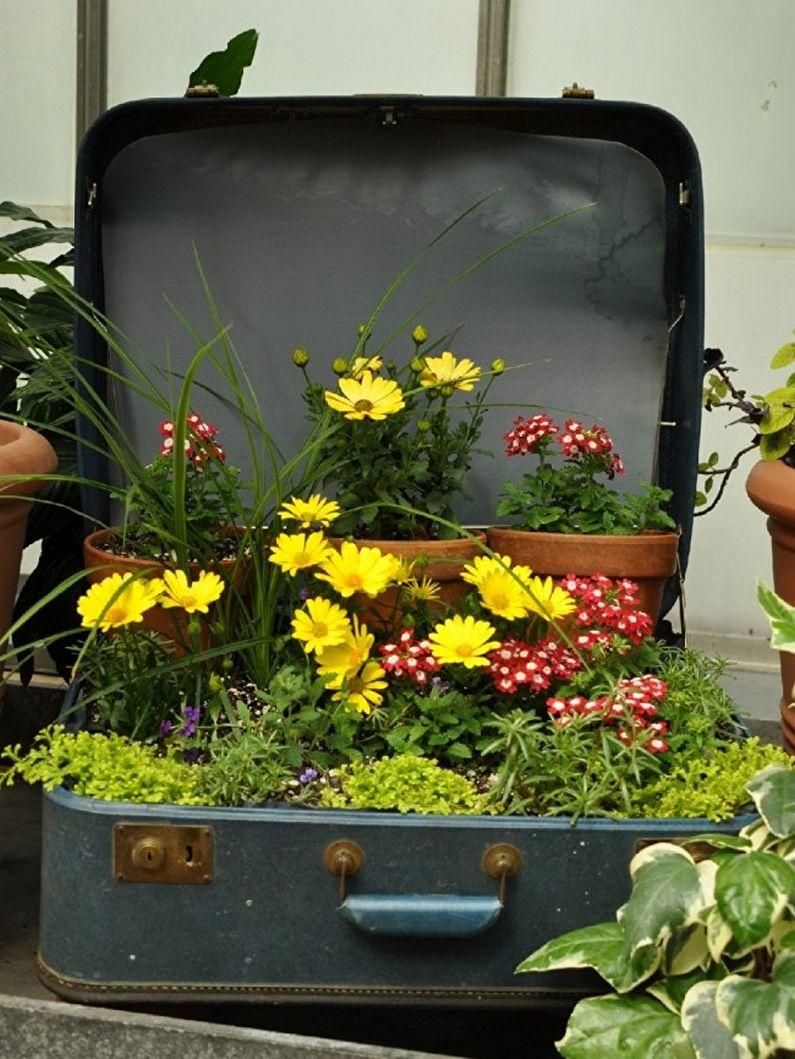 Цветы для дачи - Цветник с использованием старых вещей