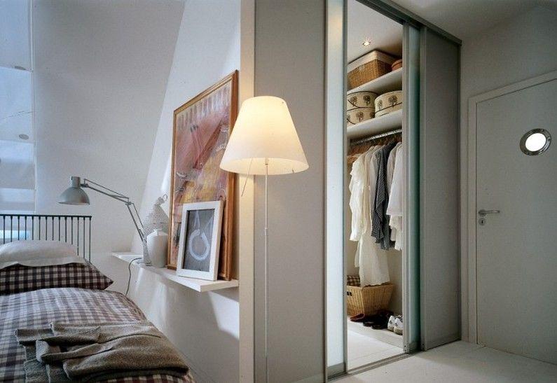 Гардеробная комната с диваном