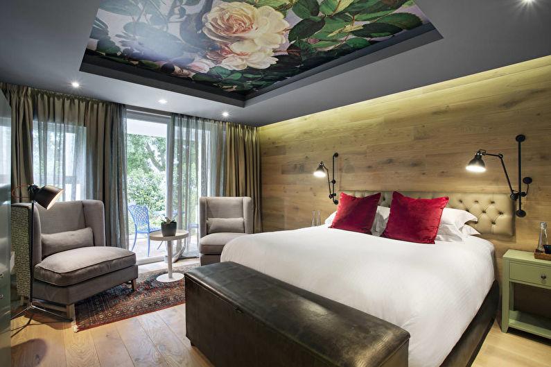 Натяжной потолок с рисунком в спальне - фото