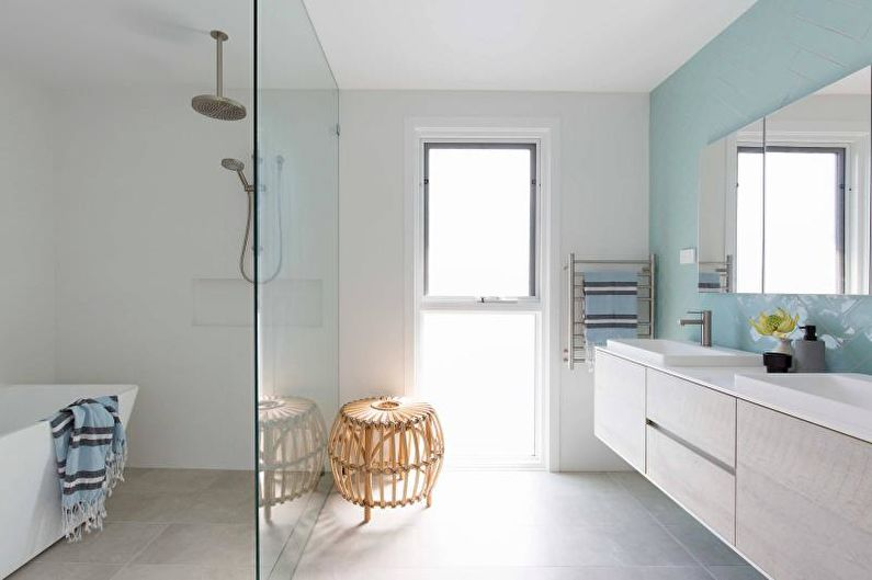 Ванная комната с душевой кабиной в морском стиле