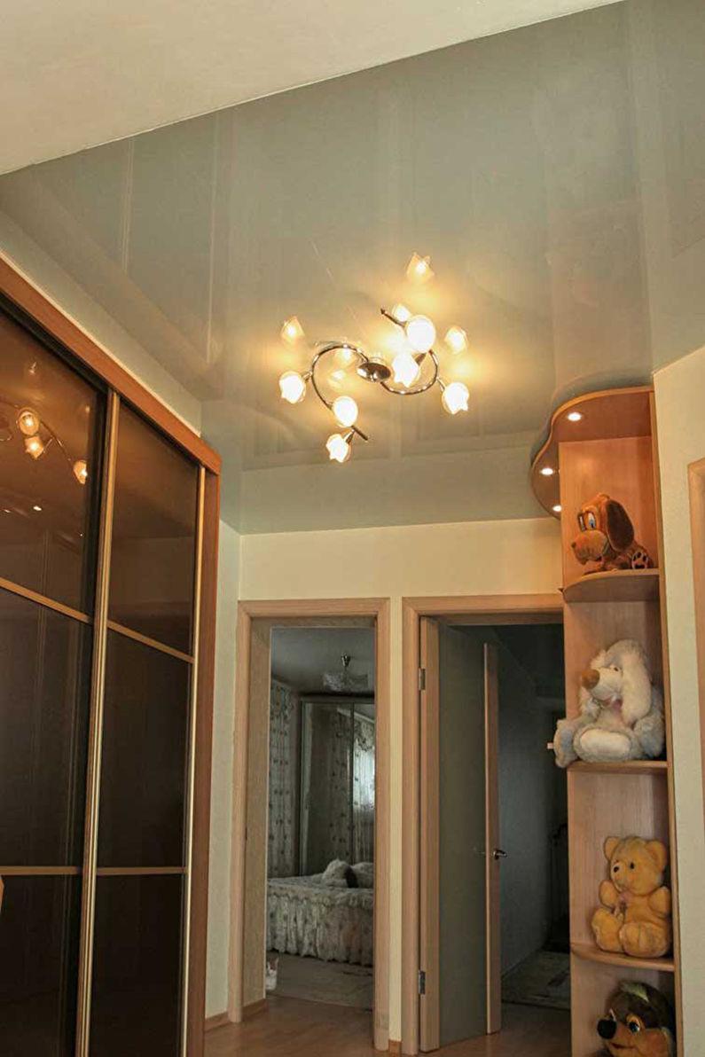 Натяжной потолок в маленькой прихожей - Глянцевая фактура