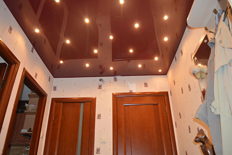 Натяжной потолок в маленькой прихожей - Темный потолок