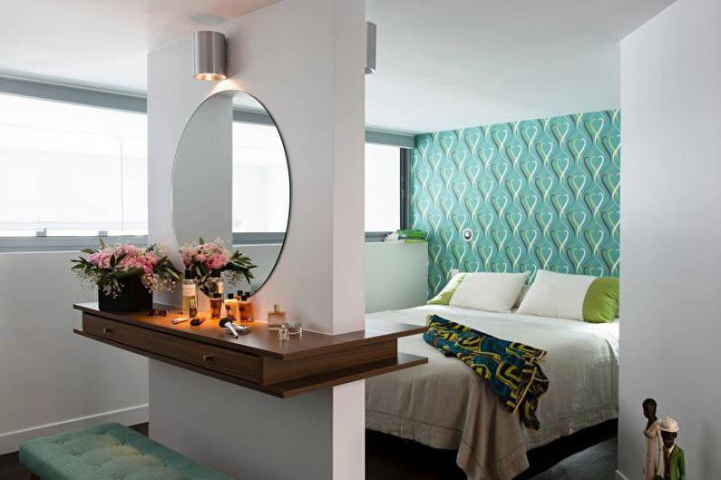 Туалетный столик с зеркалом в маленькой комнате
