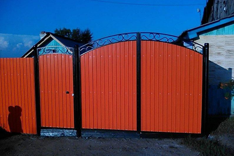 картинки ворота и калитка из профнастила в частном сельском доме