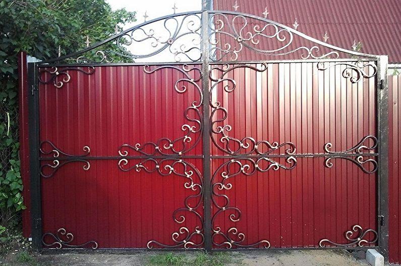 ворота из профнастила с коваными узоры