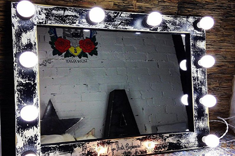 Гримерное зеркало с лампочками - фото