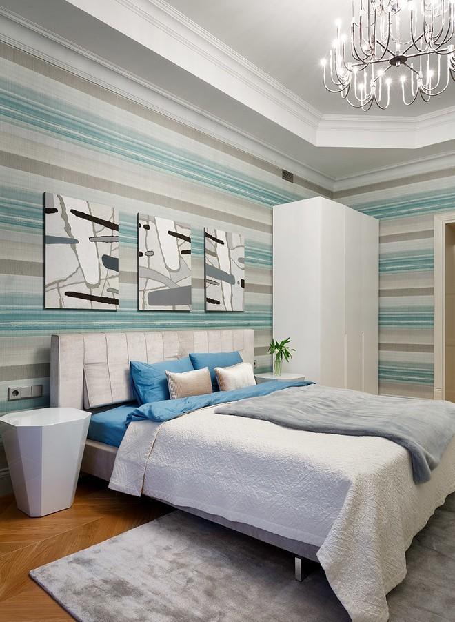 Полосатые обои для спальни в современном стиле