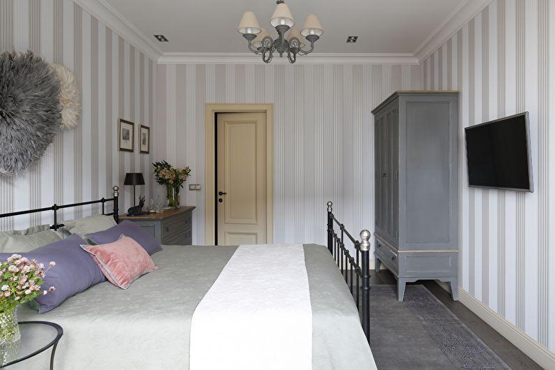 Полосатые обои для спальни в классическом стиле