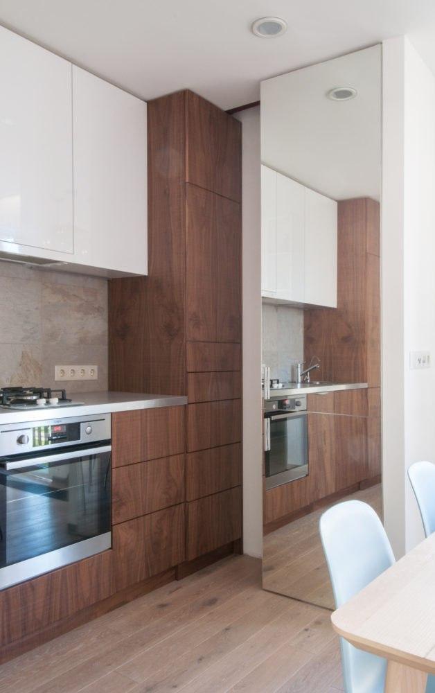 Зеркальная вставка на стене - дизайн кухни в хрущевке