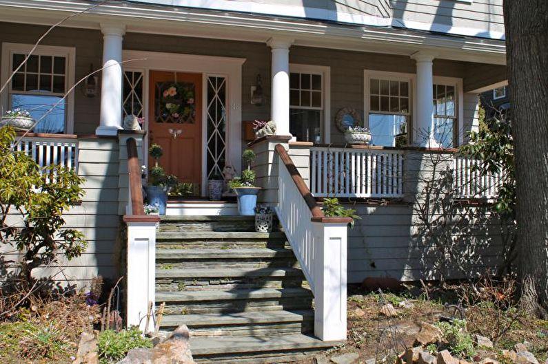 Оформление крыльца со ступенями и перилами для частного дома - фото